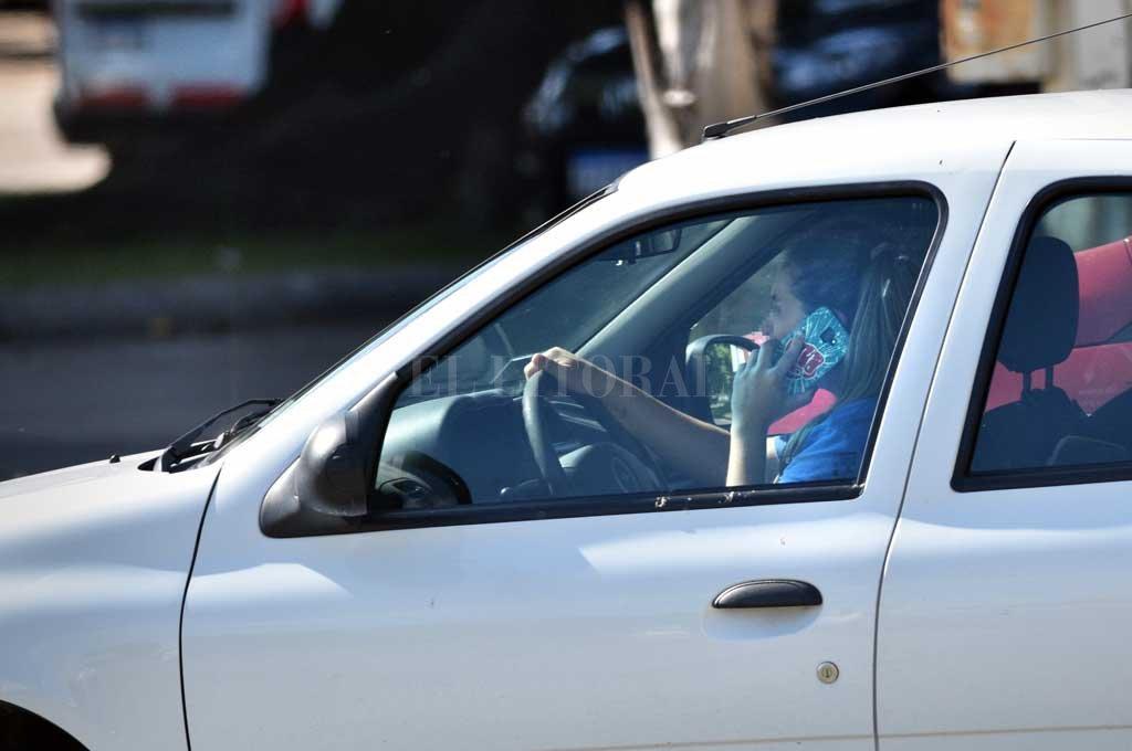 En la ciudad, también es un problema. Las multas locales por manejar y utilizar el teléfono móvil al mismo tiempo van desde los 2.300 pesos hasta los casi 23 mil pesos. Son claves los controles. Crédito: Pablo Aguirre