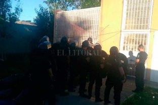 Disturbio en una comisaría de Santa Fe terminó con 8 detenidos lesionados - Personal de Infantería apostado para normalizar la situación dentro de la comisaría.