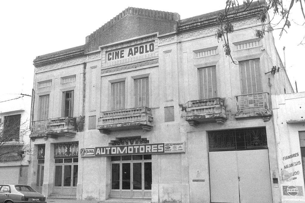 El edificio del cine Apolo. Al lado, había una cochera. Una madrugada de 1974, el teniente Juan Carlos Gambandé fue asesinado por un comando del ERP.  Crédito: Archivo El Litoral