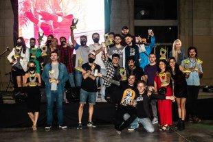 La noche del reencuentro - Los ganadores en el final de la ceremonia, con las nuevas estatuillas diseñadas por los artistas visuales Agustín Miguez y Leonel Collazo. -