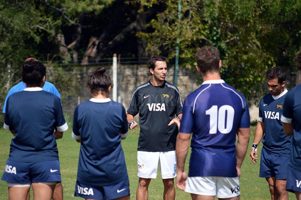 Santiago Gómez Cora habla con algunos de sus dirigidos, momentos ante de uno de los entrenamientos del plantel nacional de juego reducido. Crédito: Prensa UAR