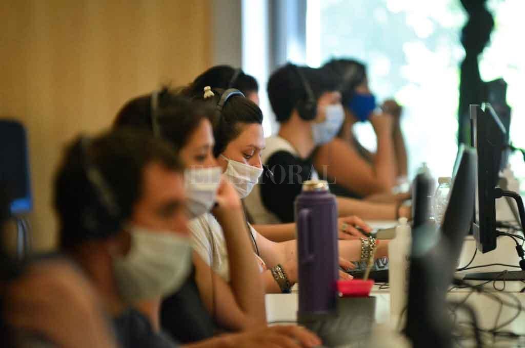 """""""Hola, aquí te escucho"""": viaje al Call Center  Covid, el oído de una sociedad en pandemia - Atenta escucha, palabra justa. Los operadores toman los llamados y, en caso de ser necesario, se derivan a los médicos. -"""