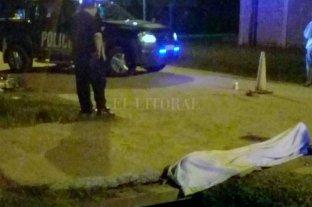 Muerto a tiros en plena calle de Santo Tomé - El hecho sacudió a los vecinos de barrio El Tanque que a la distancia observaron el trabajo de los investigadores. -