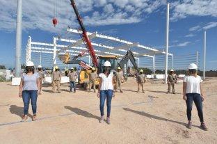 En la construcción, también hay cascos blancos para las mujeres