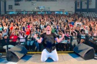 Multaron al cantante Damián Córdoba por multitudinario show en vivo