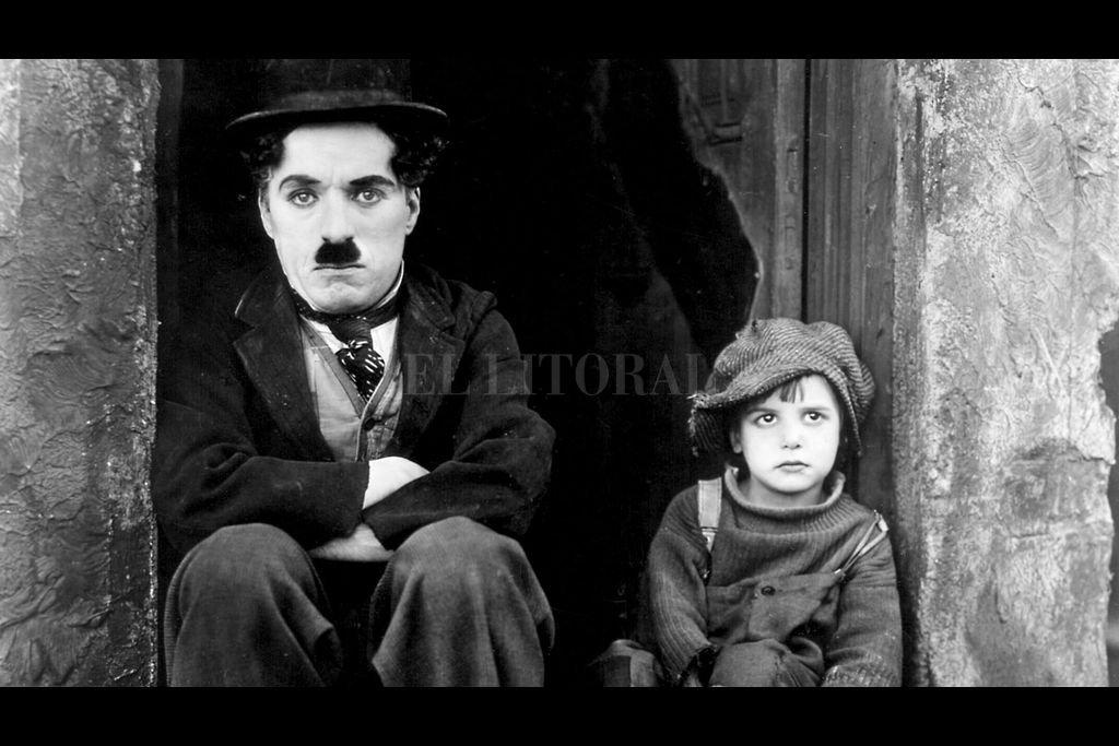 """Chaplin junto al pequeño Jackie Coogan en una de las escenas de """"El pibe"""". Resultó una de las aventuras más famosas de Charlot, personaje que el británico creó a principios del siglo XX y pobló las pantallas hasta la llegada del cine sonoro. Crédito:  First National Picture"""