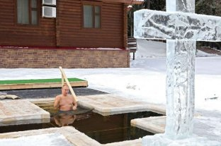 El presidente Putin se zambulló en aguas heladas para cumplir con un ritual ruso