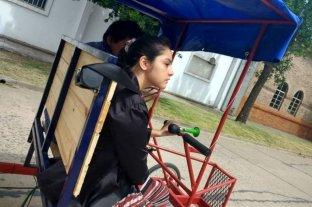 Para que su hija haga rehabilitación le armo una bicicleta