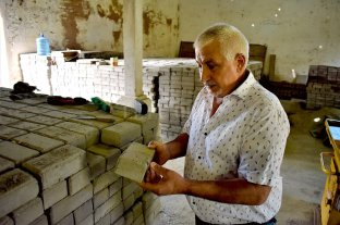 """Con una """"bloquera"""" comunal, un pueblo santafesino equipa plazas, hace calles y mejora los desagües -"""