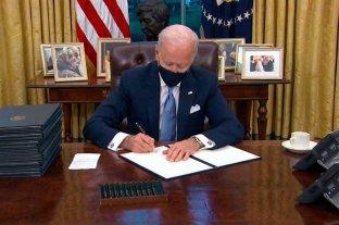 Biden pone una foto suya con el papa Francisco en la Oficina Oval