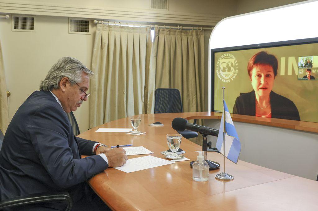 El presidente Alberto Fernández y la directora gerente del Fondo Monetario Internacional (FMI), Kristalina Georgieva, mantuvieron un contacto en el que coincidieron en seguir trabajando en un nuevo programa de financiamiento para el país apoyado por el organismo multilateral y diseñado y conducido por la Argentina. Crédito: Presidencia de la Nación