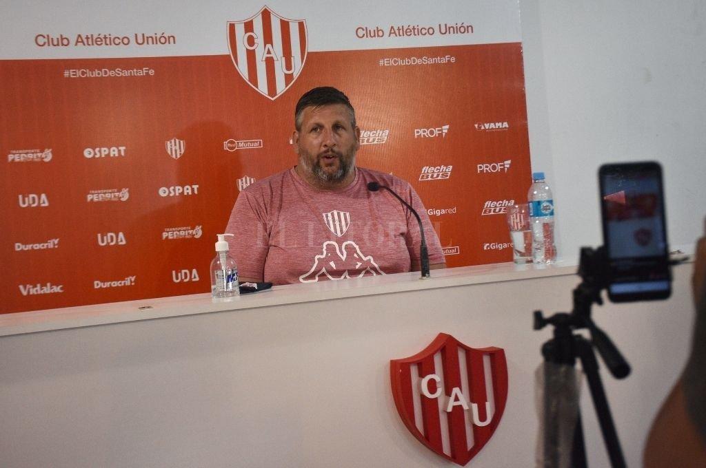 Hernán Tettamanti, manager del plantel profesional de básquetbol del Club Atlético Unión de Santa Fe, durante la reunión con la prensa. Crédito: Pablo Aguirre