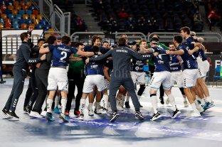 """Los Gladiadores """"patearon el tablero"""" en el Mundial de Handball al vencer a Croacia - Festejo de Los Gladiadores tras el histórico triunfo ante el subcampeón europeo. -"""