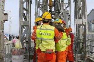 Rescatan a once mineros atrapados desde hace dos semanas en China