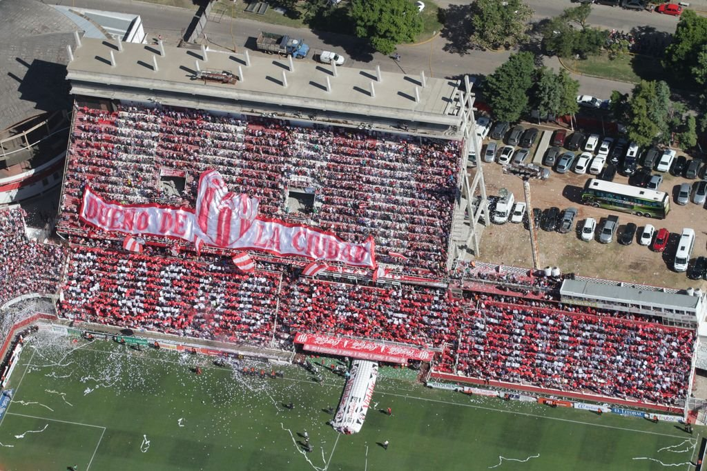 Cerrar la bandeja. La imagen del 15 de Abril, con la última gran obra en la platea y la panorámica de lo que falta para terminar la tribuna en el estadio tatengue. ¿Se viene el anuncio?. Crédito: Pablo Aguirre