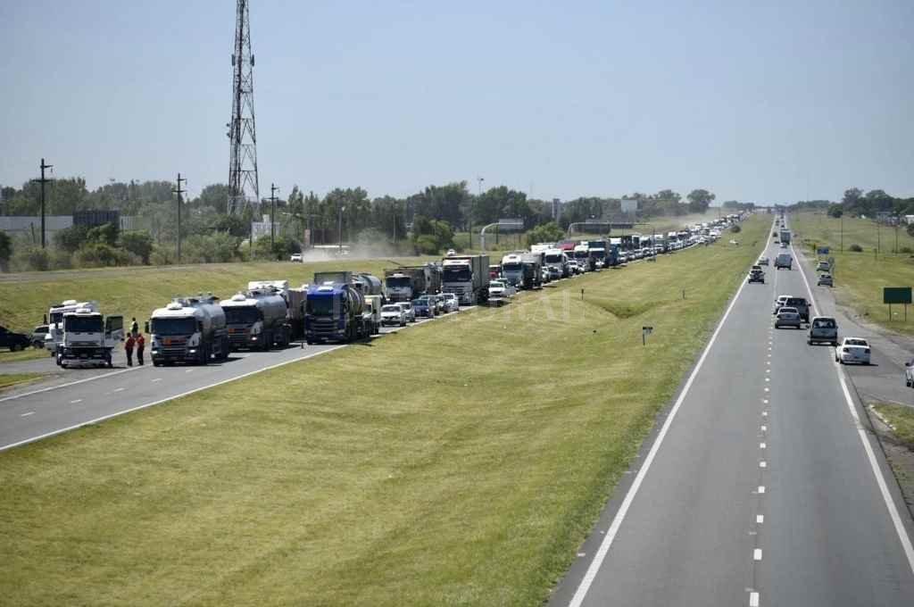 Malestar por el modo en que fueron sacados del cortes sobre la autopista Rosario-Buenos Aires.    Crédito: Archivo El Litoral/ Marcelo Manera
