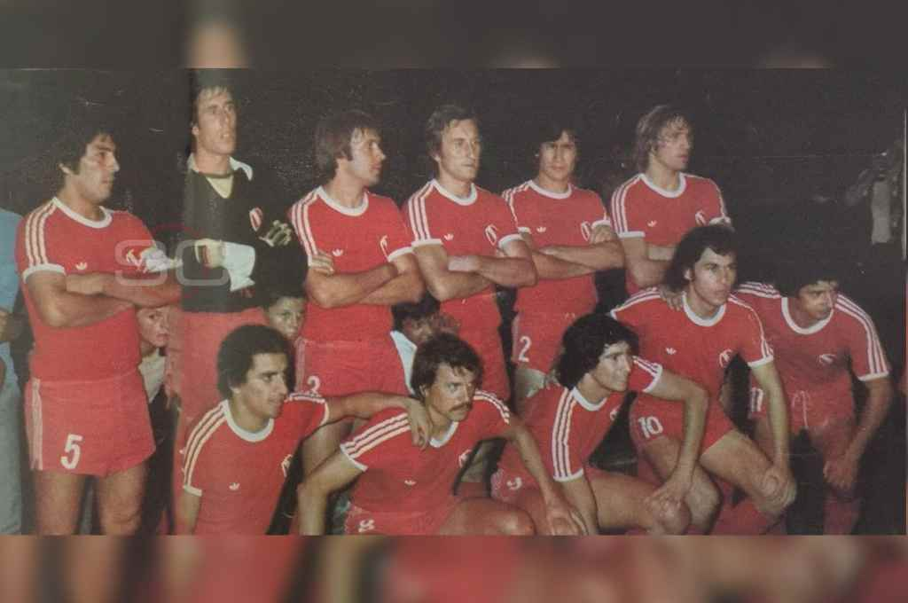 El epopéyico campeón. Galván, Rigante, Pérez, Pagnanini, Villaverde y Trossero (parados); Magallanes, Larrosa, Outes, Bochini y Britez (agachados).    Crédito: Archivo
