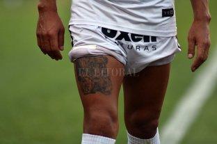 """Colón y Pulga: ¿le """"cortan las piernas""""? - Las piernas de PR10. Luis Miguel Rodríguez, en una ingeniosa foto de El Litoral, que viene como anillo al dedo para este momento: ¿le cortarán las piernas?, como dijo alguna vez Maradona."""