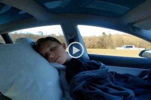 Una estrella de TikTok  durmió dentro de su telsa en movimiento