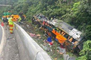 Al menos 19 personas murieron y 33 resultaron heridas tras el vuelco de un colectivo