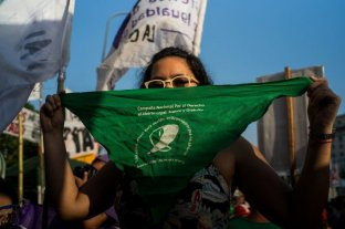 Una joven denunció que fue atacada en un colectivo por llevar un barbijo verde a favor del aborto legal