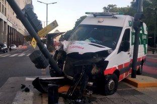 Una ambulancia que trasladaba a un hombre mordido por un pitbull chocó fuertemente contra un semáforo