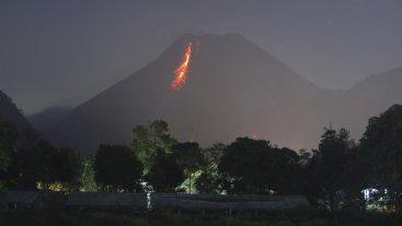 Entra en erupción un volcán en Indonesia