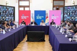 Compromiso para dotar de autonomía a municipios y extender mandatos comunales   - Perotti con sus ministros y secretarios más los intendentes y presidentes comunales que estuvieron en la reunión en forma presencial.     -