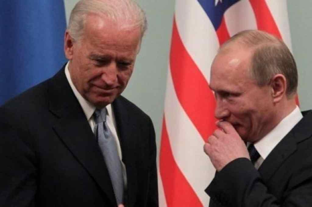 Joe Biden, presidente de Estados Unidos, junto a Vladimir Putin, máximo jefe de gobierno de Rusia.     Crédito: Gentileza