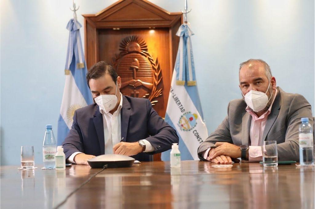 Gustavo Valdés, gobernador de Corrientes, firmando el acuerdo Crédito: Gentileza