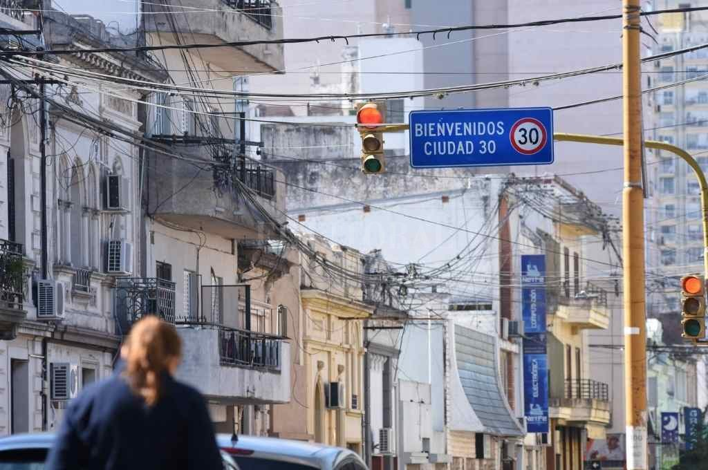Uno de los carteles demarcatorios del perímetro donde los vehículos no pueden circular a más de 30 km/h.    Crédito: Pablo Aguirre