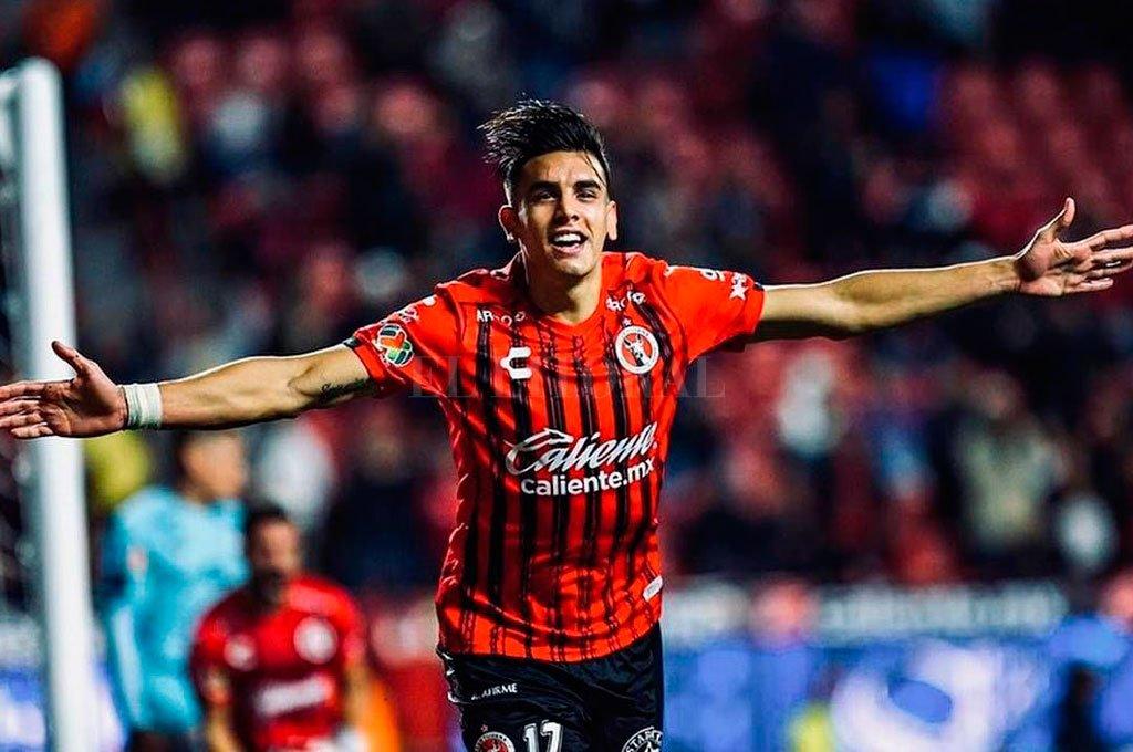 Conoce los colores. Alexis Castro, con el rojo y negro del Tijuana de México, donde viene de jugar once partidos y marcar dos goles. Antes, había jugado 25 cotejos en Defensa y Justicia. Crédito: El Litoral