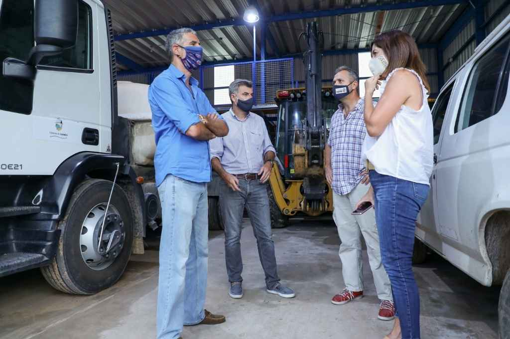 Kaufmann y José Luis Freyre (secretario del área) en este caso entregando recursos en el departamento Garay.    Crédito: Gobierno de Santa Fe