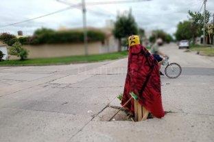 Vecinos de barrio Ciudadela armaron un muñeco para alertar sobre un enorme bache