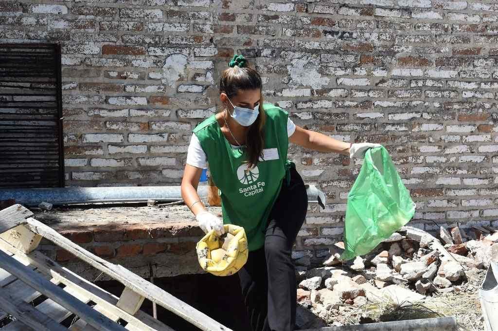 En plena acción. Una agente de promoción ambiental de las cuadrillas de higiene urbana retira un recipiente donde podría acumularse agua y, así, alojarse el mosquito transmisor.    Crédito: Gentileza
