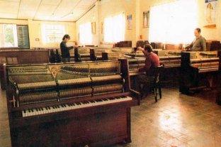 """La historia de """"La Primera"""": la fábrica de pianos orgullo  de Pilar que hoy vive en el recuerdo de sus trabajadores"""