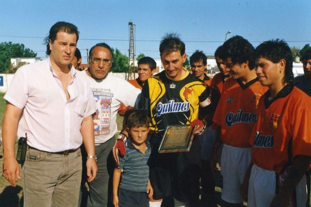 Otros tiempos. Alberto Garau (izquierda) junto a Manuel Porpato en el día del retiro del arquero, uno de los grandes jugadores que participó, en estos 27 años de vida del club, de los torneos liguistas. Crédito: Archivo El Litoral