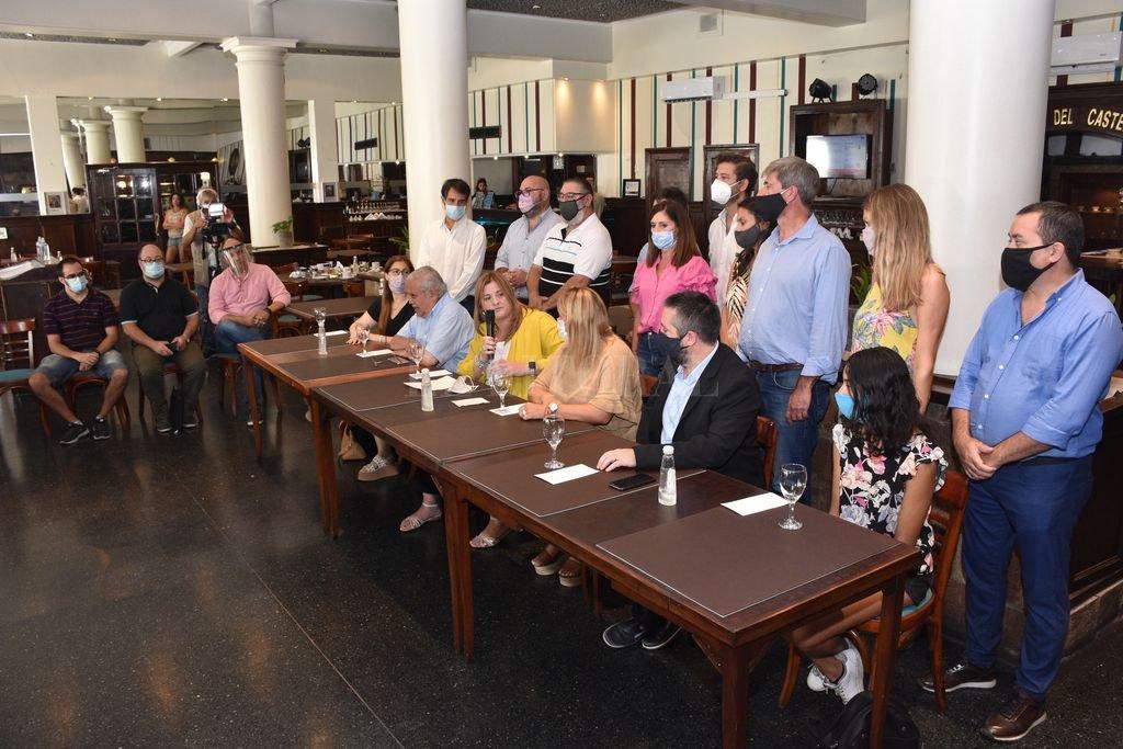 Dirigentes políticos y legisladores, con padres y alumnos, encabezaron la presentación. Rogelio Alaniz tendrá a su cargo una de las clases públicas previstas. Crédito: Flavio Raina