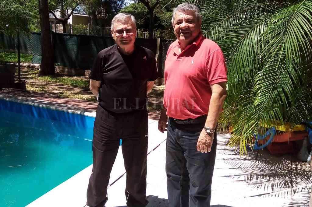 En Arroyo Leyes. El profesor Jorge Defagot, junto a Alfredo Manuel González, el destacado arquero que lo acompañó en distintos equipos que dirigió lo largo de su carrera como DT de handball. Crédito: Gentileza
