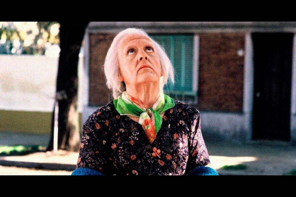 """Antonio Gasalla caracterizado como Mamá Cora, el personaje que precipita los acontecimientos en """"Esperando la carroza"""", el mítico film de Alejandro Doria.  Crédito: Rosafrey, Susy Suranyi y Asociados"""