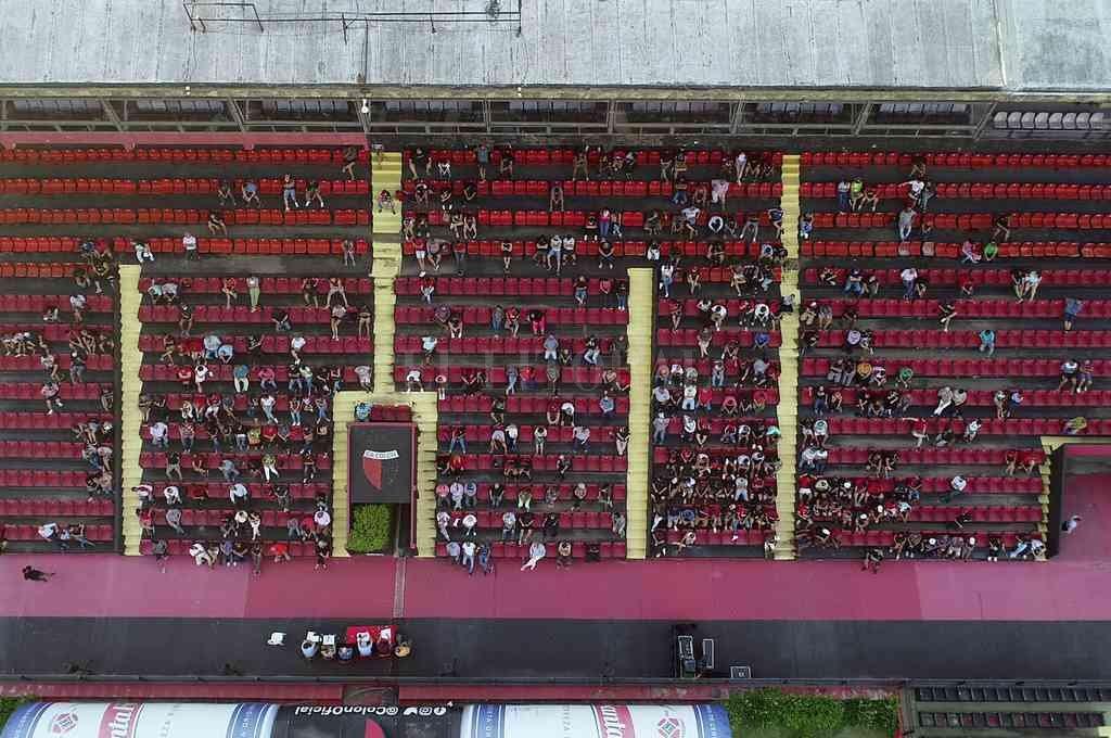 La excelente toma aérea de Fernando Nicola en el momento en el que se llevaba a cabo la asamblea. Circularon decenas de videos e imágenes de los sucesos ocurridos en el sector de la platea oeste de Colón. Crédito: Fernando Nicola