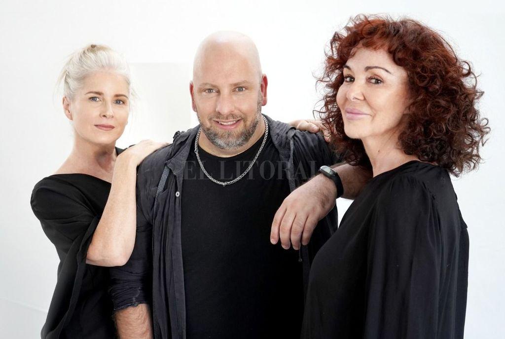El santafesino Diego Rinaldi junto a Patricia Palmer y Cecilia Dopazo, a quienes dirige en teatro. Crédito: Gentileza producción