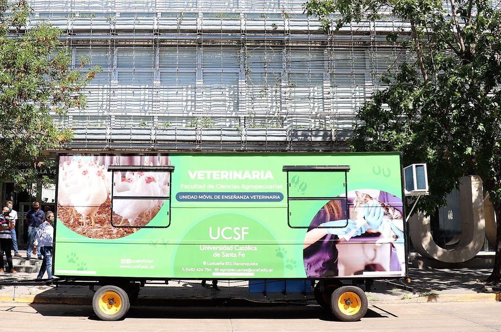 La UMEV puede trasladarse a frigoríficos de bovinos y porcinos, establecimientos ganaderos privados, feed lots, tambos, galpones de aves carniceras y ponedoras, áreas de requerimientos de promotores sanitarios, entre otros. Crédito: Gentileza