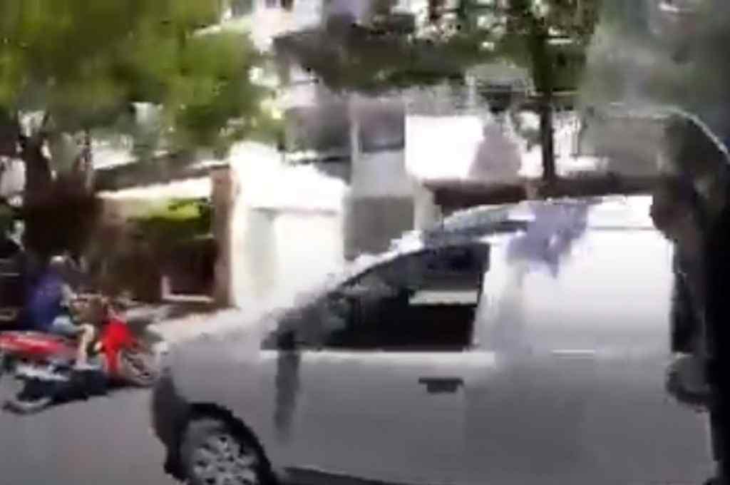 La cinematográfica persecución fue registrada por la cámara que portaba uno de los policías. La grabación se hizo viral.    Crédito: Captura digital