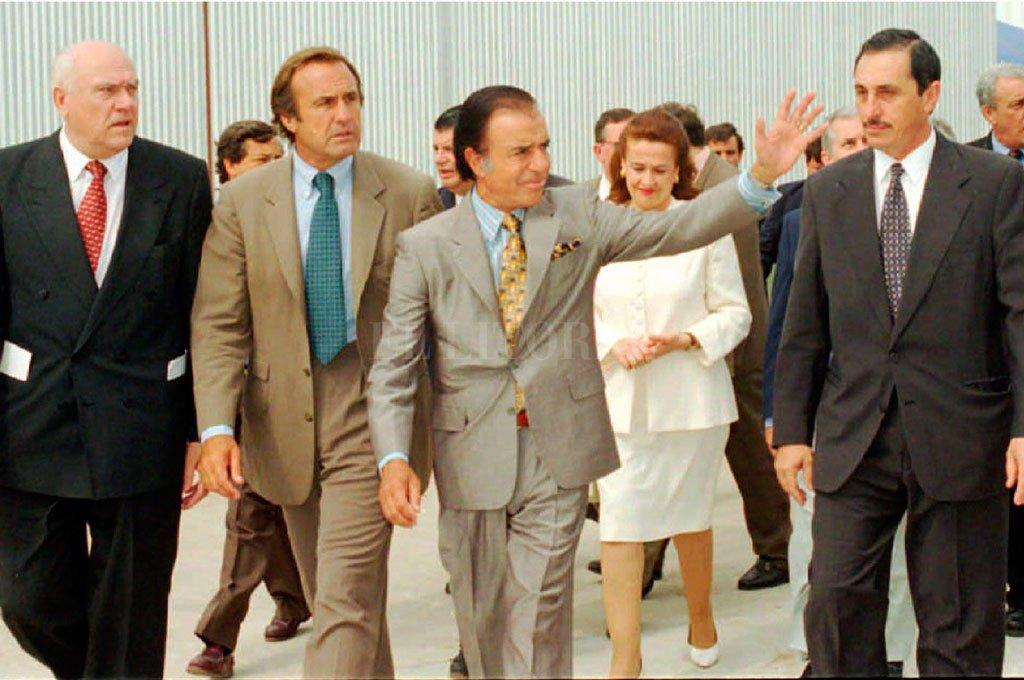 Carlos Menem junto a Carlos Reutemann y Jorge Obeid en Franck, en la inauguración de obras de la empresa láctea, en diciembre de 1995. Crédito: Archivo El Litoral