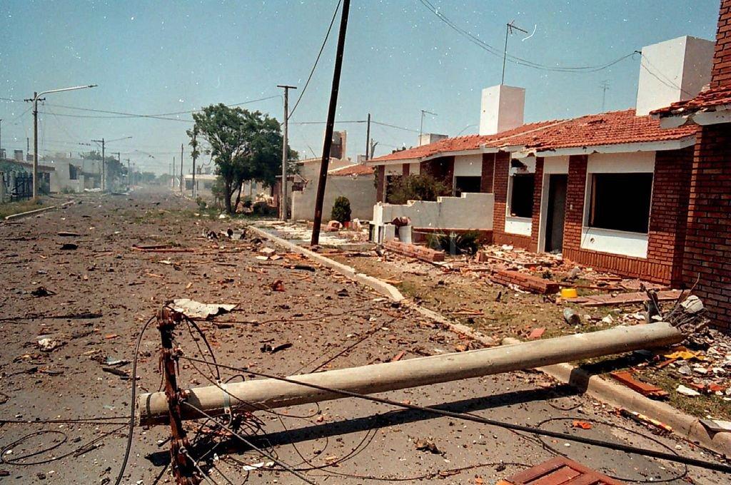 La voladura de la fábrica militar dejó un panorama bélico en las calles de Río tercero. Crédito: Archivo El Litoral