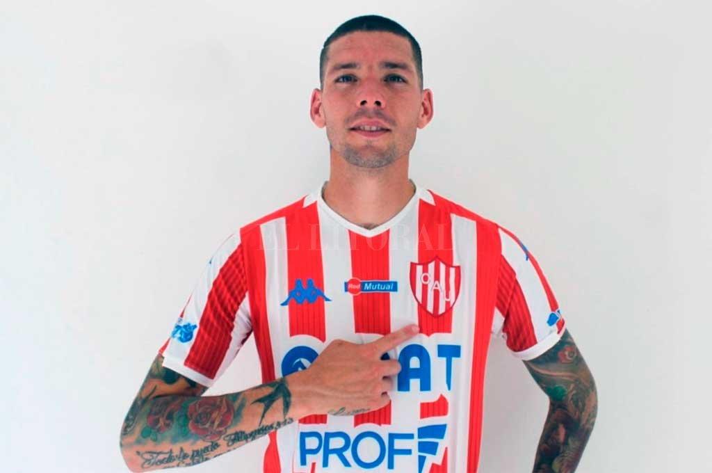 La primera foto del chileno, apenas firmó su contrato con el club y antes de realizar este lunes su primer entrenamiento. Es una