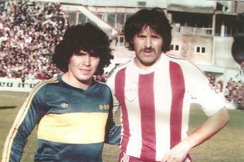 Diego Maradona y Leopoldo Jacinto Luque en un duelo entre Boca y Unión.  Crédito: Archivo El Litoral