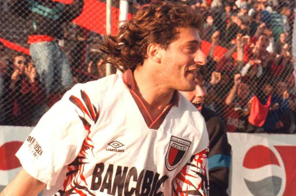 El Turco García llegó a Santa Fe para formar parte de aquél equipo con muchas figuras que se formó cuando Colón logró el ascenso en 1995. En la foto, celebrando un gol que marcó ante Argentinos Juniors. Fue un año duro, pero el Turco aportó lo suyo para que Colón se quede en Primera.    Crédito: Amancio Alem
