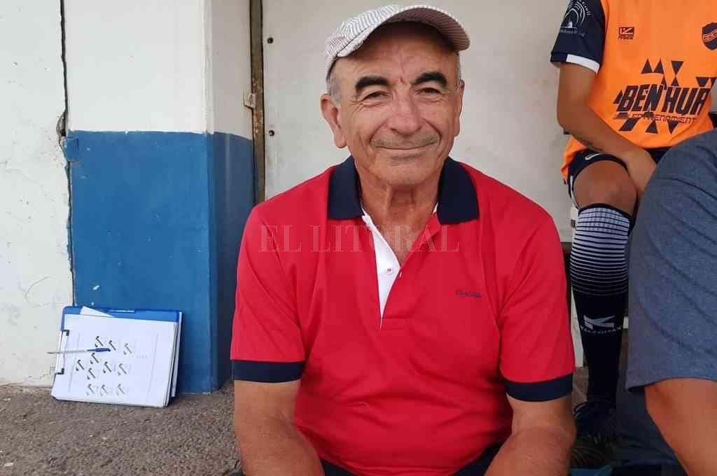 Carlos Trullet. El experimentado entrenador propuso una variante, mientras que el resto va igual que en su última presentación en Rosario, cuando jugó ante ADIUR. Crédito: Archivo